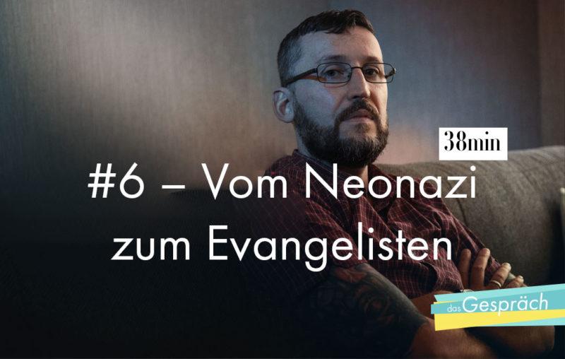 Mann mit Brille auf Sofa als Titelbild für Das Gespräch Vom Neonazi zum Evangelisten