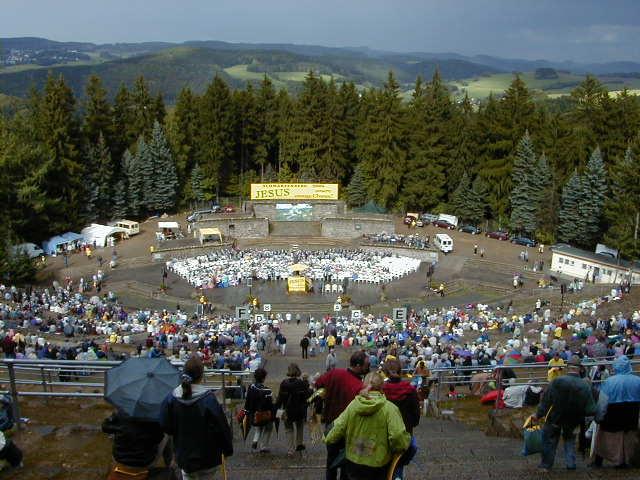 In Schwarzenberg füllte sich eine riesige Freiluftanlage. Manfred Paul verkündigte das Evangelium