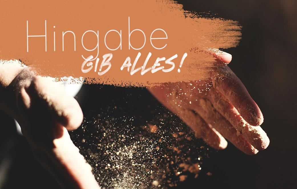 Zwei Hände, die sich öffnen und Sand loslassen als Blogbild für Hingabe - Gib Alles