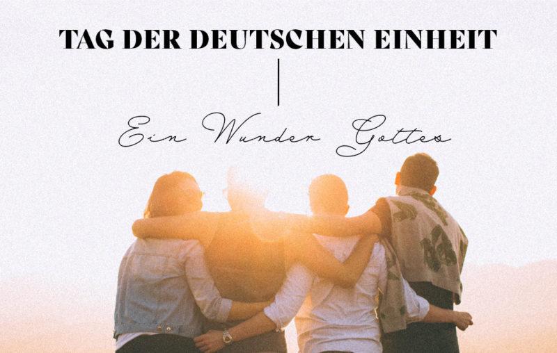 Vier Freunde, die sich umarmen als Blogbild für Tag der deutschen Einheit - Ein Wunder Gottes
