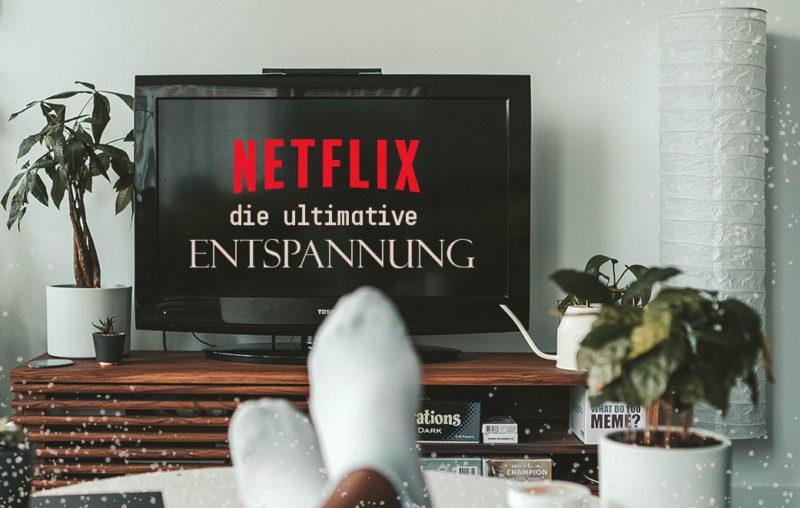 Fernseher auf Sideboard mit Pflanzen und Lampe als Blogbild für Netflix - die ultimative Entspannung